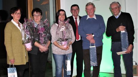 Bürgermeister Konrad Dobler (4. von links) würdigte fünf Menschen für ihr ehrenamtliches Engagement. Von links: Irmgard Betten, Elisabeth Rohrmoser, Susanne Mairhörmann (Gallusspatzen), Konrad Dobler, Hans Baumgartner (KBV-Theater) und Günther Benda (Sportabzeichen).