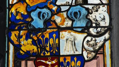 Eng mit der Familie Fugger ist die Geschichte Mickhausens verwoben: Der Erbauer der Pfarrkirche, Raymund Fugger, hat sich mit dem Wappen verewigt.