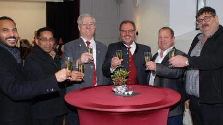 Hießen in Mickhausen das neue Jahr 2020 willkommen: (von links) Kaplan Pater Anish, Staudenpfarrer Pater Joji, Altbürgermeister Anton Müller, Bürgermeister Hans Biechele, Dritter Bürgermeister Michael Miller und Zweiter Bürgermeister Walter Lämmermeyer.
