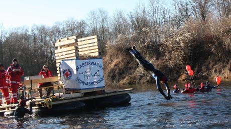 Hechtsprung in die eisigen Fluten: Ein Floss der Wasserwacht Schwabmünchen begleitete die Teilnehmer am Dreikönigsschwimmen.