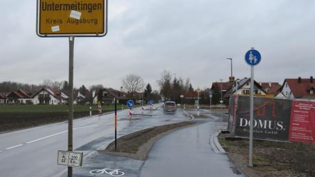 """Fahrradfahrer, die aus Obermeitingen kommen, müssen am Ortseingang von Untermeitingen auf die Straße wechseln. Nur wenige Meter weiter, nach der Zufahrt zum neuen Baugebiet, dürfen sie wieder auf den Geh- und Radweg. So jedenfalls schreibt es die Beschilderung vor. Bald wird das """"Fußweg""""-Schild rechts im Bild aber um ein """"Fahrrad frei""""-Schild ergänzt."""