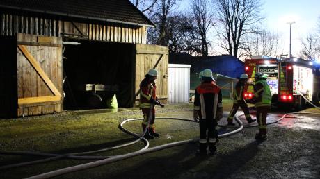Zur Sicherheit kühlte die Feuerwehr die hölzerne Wand der Scheune mit Wasser.