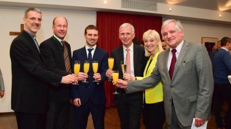 Mit guten Wünschen für das neue Jahr stiessen an (von links): Christoph Leutgäb, Martin Sailer, Michael Würstle, Lorenz Müller, Carolina Trautner und Martin Kögel.