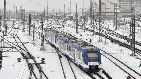 So sah es vor gut einem Jahr aus: Ein Zug der Bayerischen Regiobahn am Augsburger Hauptbahnhof. Sie hatte gerade die Strecken von Augsburg nach Landsberg und ins Allgäu übernommen und war von einer Panne in die nächste geschlittert: Es gab reihenweise Verspätungen und Zugausfälle.