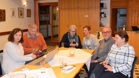 """Mitglieder der neuen AWO Königsbrunn FB-Gruppe """"Wer macht mit?"""" trafen sich zum Austausch: (von links) Petra Kramer, Manfred Jagler, Chris Munger, Inge Zeiträg,Otto Müller und Yvonne Kretschmer."""
