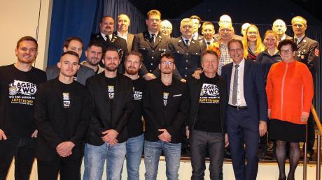 Beim Neujahrsempfang in Graben präsentierte Bürgermeister Andreas Scharf (Zweiter von rechts) seine Ehrengäste, darunter Mitglieder der Spielvereinigung Lagerlechfeld und der Feuerwehr, auf der Bühne.