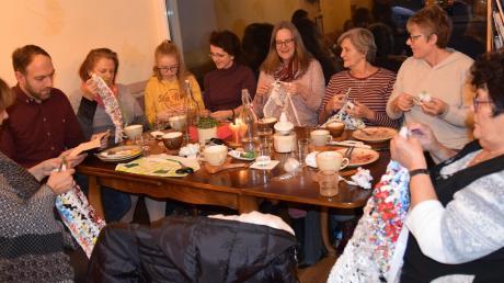 Alle häkeln, einer liest: Beim Stammtisch im Café Gingko werden Plastiktüten kunstvoll verarbeitet. Dazu gibt es Literatur auf die Ohren.