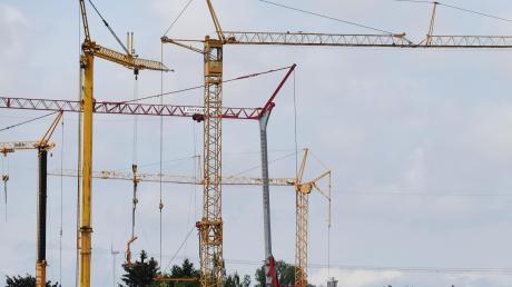 Baugrund ist knapp, deswegen diskutiert der Königsbrunner Stadtrat über sinnvolle Nachverdichtung in den bestehenden Baugebieten.