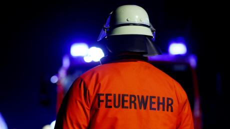 Die Feuerwehr ist Samstagmorgen erneut am Heuballenlager in Nordendorf im Einsatz. Glutnester haben sich über Nacht wieder entzündet. Insgesamt vernichtete das Feuer rund 300 Ballen.