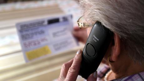 Trickbetrüger versuchen Senioren auch immer am Telefon übers Ohr zu hausen.