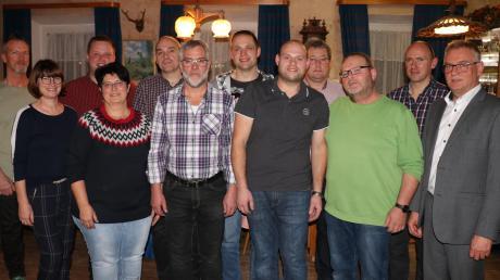 """Zusammen mit Bürgermeisterkandidat Robert Wippel (rechts) wurde in Scherstetten die Gemeinderatsliste """"Freie Bürger"""" aufgestellt."""