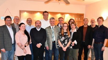 Vorsitzender der Grünen auf dem Lechfeld Peter Daake (links) und Landratskandidat der SPD Fabian Wamser (rechts) mit den Kandidaten der Bündnis 90/Die Grünen und der Sozialdemokratischen Partei Deutschlands in Klosterlechfeld.