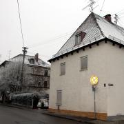 In diesem Haus entstehen drei neue Sozialwohnungen. Links im Bild ist das Jugendzentrum zu sehen.