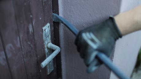 Die Serieneinbrecher stiegen in vier Anwesen im Landkreis Augsburg ein.