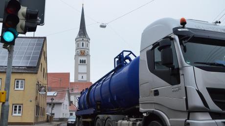 Täglich rollen rund 8000 Fahrzeuge durch Hiltenfingen. Mit Warnanlagen will die Gemeinde gegen Raser vorgehen.
