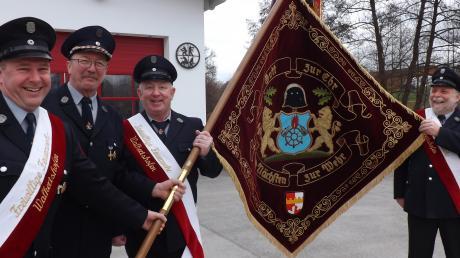 Stellvertretender Kommandant Albert Lutz, Vorsitzender Karl Bauer, Fahnenträger Jürgen Lehle und Fahnenbegleiter Josef Seitz vom Feuerwehrverein freuen sich über die sanierte Fahne.