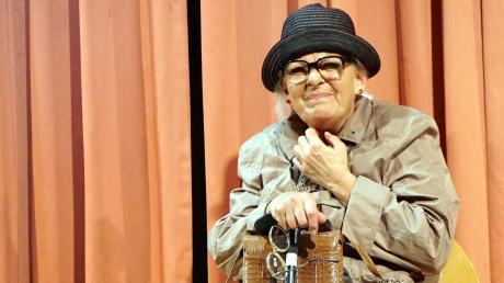 """Ohne """"Oma Anna"""", die sich mit 92 Jahren etwas schwer tut beim Hinsetzen und Aufstehen, geht kein Programm von Monika Blankenberg über die Bühne. Die alte Dame nimmt kein Blatt vor den Mund, wenn sie erst mal die richtige Brille und die dritten Zähne gefunden hat."""