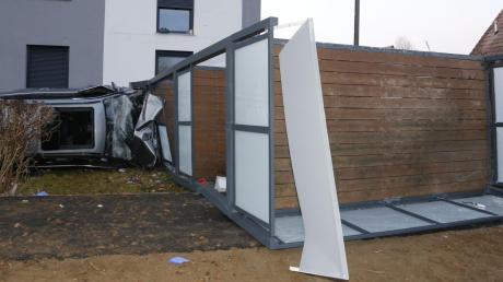 Ungebremst prallte ein Auto gegen eine Balkonkonstruktion, die nach dem Aufprall umkippte.