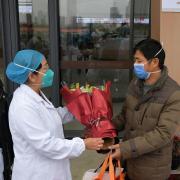 In China, wo die Lungenkrankheit schätzungsweise bereits 80 Menschenleben forderte, reagieren die Behörden drastisch und riegeln ganze Städte ab.