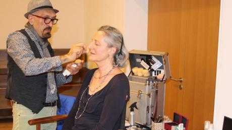 Beim Vorher-Nachher-Kurs der Volkshochschule Langerringen gibt Stilberater Ayhan Hardaldali Tipps für eine Typveränderung. Teilnehmerin Eva-Maria Lehr freut sich über die Verwandlung.