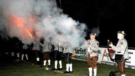 Beim Sebastiani-Schießen feuerten die Böllerschützen aus allen Rohren. Ganz rechts Johann Götz mit seinen Langerringer Böllerschützen.