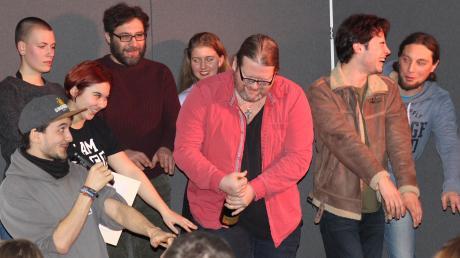 Beim Poetry Slam in Graben lieferten sich sieben Poeten im voll besetzten Jugendhaus mit ihren Texten einen Wettstreit. Gewinner des Abends wurde Martin Geier (Mitte).