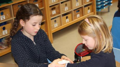Wie legt man einen Verband richtig an? Das durften die Schulkinder gegenseitig ausprobieren.