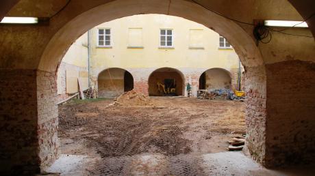 Blick ins Schloss: Es wird gerade entkernt. Eine der Hauptaufgabe ist im Winter, das marode Dach zu sichern.