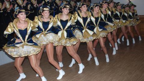 Mit atemberaubenden Tanznummern heizte die Garde der Schlossfunken dem Mickhauser Ballpublikum kräftig ein.