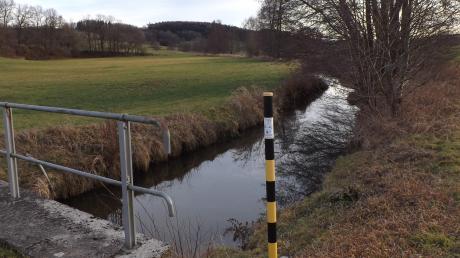 Ein Teilstück der Neufnach südlich der Rohrwiesbrücke beim Walkertshofener Sportplatz soll renaturiert werden.