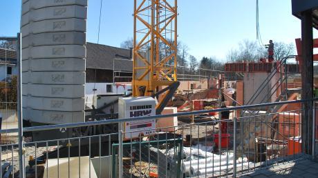 Im Rekordhaushalt von 11,7 Millionen Euro ist auch der Neubau des Kindergartens St. Nikolaus in Kleinkötz enthalten, der jetzt sichtbar in die Höhe wächst. Trotz derzeit guter Finanzlage will die Gemeinde sparen.