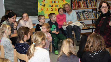 """Aufmerksam lauschten die Kinder bei der Geschichte """"Der Holzfäller vom Siebentischwald"""" von der Autorin Madlen Kristina Müller."""