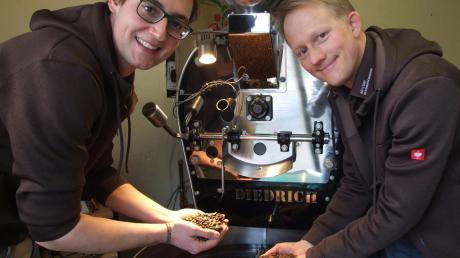 Auf der Suche nach der Seele des Kaffees: Stefan Steidle (rechts) und Maximilian Schmid haben in Wehringen vor etlichen Jahren die Rösterei Bohnenschmiede aus der Taufe gehoben. Mittlerweile verarbeiten sie monatlich rund eine Tonne Rohkaffee.