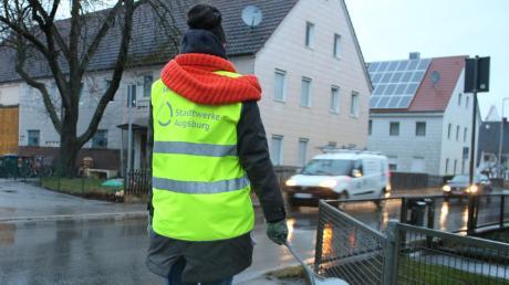 Jeden Morgen stehen an der Hauptstraße in Oberottmarshausen Schulweghelfer, um die Kinder sicher über die Straße zu begleiten. Täglich fahren mehr als 2500 Autos durch den Ort.