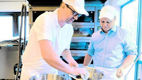 So einfach ist Brotbacken: André Heuck (links) backt mit Redakteur Maximilian Czysz Brot und erklärt, dass bio mehr als nur eine Marke ist.
