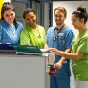 Leiteten für eine Woche zwei Stationen in den Wertachkliniken: (von rechts) Erenay Erdogan, Dr. Florian Krump, Cynthia Udoh, Angela Venitucci und Schulleiter Reiner Wottrich.