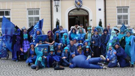 """Die blaue Wolke der wilden Weiber beschlagnahmte das Rathaus in Großaitingen zur Weiberfastnacht am """"unsinnigen Donnerstag""""."""