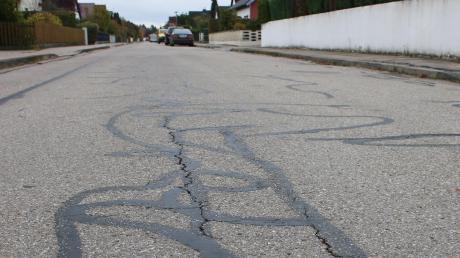 Die Hunnenstraße in Untermeitingen soll saniert werden. Fahrbahnbelag und Fußwege sind in schlechtem Zustand und schon viele Male geflickt worden.