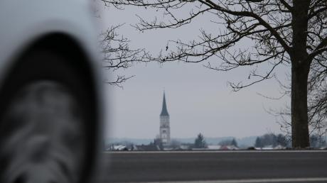 In Hiltenfingen mit der markanten Kirche steht eine Umfahrung auf der Wunschliste ganz oben.