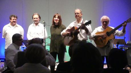 """Die Band """"Momentensammler"""" mit Special Guests hielten in ihrem Sommer Special eine deutschsprachiges Liederpotpourri deutscher und österreichischer Liedermacher ihr Publikum bei Laune."""