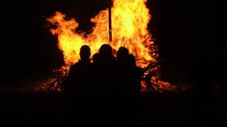 Der Wind trieb die Flammen beim Scheibenfeuer in Langenneufnach rasant nach oben, bis von der Strohpuppe nichts mehr zu sehen war.