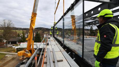 """Das neue """"Wagner Design Lab"""" des Sitzmöbelherstellers Topstar in Langenneufnach hat gestern zwei 117 Quadratmeter große Glasfenster bekommen. Die Isoliergläser sind die größten weltweit."""