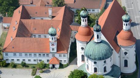 Prägend für den Ort ist die Wallfahrtskirche Maria Hilf in Klosterlechfeld.