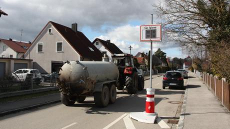 Dieser Traktor mit Odelfass muss in Kleinaitingen wegen des Pollers, aber auch wegen geparkter Autos auf die Gegenfahrbahn ausweichen.