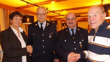 Bürgermeister Cornelia Thümmel (links) und Vorsitzender Werner Seehuber (Dritter von links) gratulieren Kommandant Johann Knöpfle (Zweiter von links) sowie dem frisch gebackenen Ehrenmitglied Benedikt Ruf (rechts).