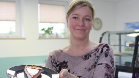 Vor einem Jahr hat Martina Müller ihr Cafe@home in Oberottmarshausen eröffnet. Früher reiste sie als Flugbegleiterin durch die ganze Welt. Einige internationale Speisen bietet sie nun in ihrem Café an. Das Rezept für den Cheese Cake hat sie aus den USA mitgebracht.