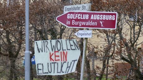 In Burgwalden haben Anwohner, die gegen den Bau einer Flutlichtanlage auf dem Gelände des Golfplatzes sind, Plakate aufgehängt.