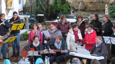 """Der Frauenchor Hiltenfingen und ein Teil der Gallusspatzen beim gemeinsamen Schlusslied """"Möge die Straße uns zusammenführen""""."""