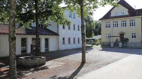 Jahrelang hat die Gemeinde Obermeitingen über die weitere Nutzung des ehemaligen Schulhauses (links) auf dem Kirchberg neben der Kindertagesstätte (rechts) diskutiert. Inzwischen haben die Räte Planungen für die Sanierung und Erweiterung des Gebäudes in eine Kindertageseinrichtung auf den Weg gebracht.