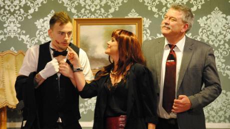 Auf Gilla Winterbottom (Ute Schneider) sind Butler Paul (Thorsten Bulik, links) und Nachlassverwalter Dr. Harry Ross (Jürgen Denneler) nicht eingestellt.